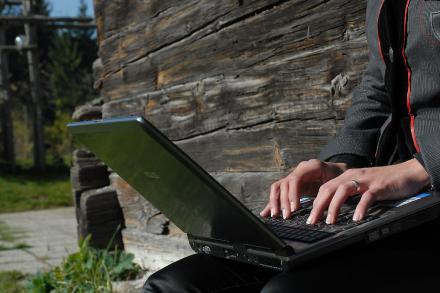 Laptop-Arbeit im Freien, Tagungshotel Faaker See