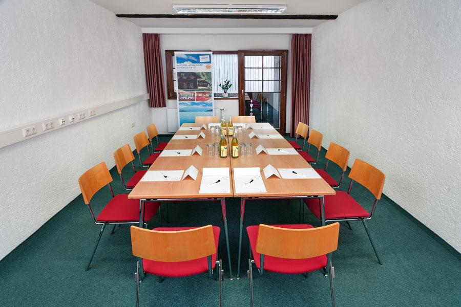 Montasio, Blocktafel in kleinem Seminarraum, Naturel Hotels