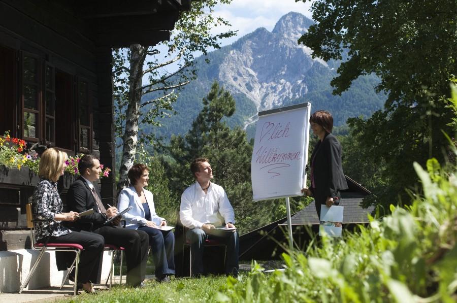 Seminargruppe vor Berglandschaft, Hoteldorf SCHÖNLEITN