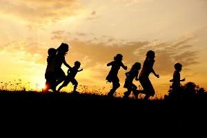 Laufende Kinder im Sonnenuntergang, Naturel Hotels