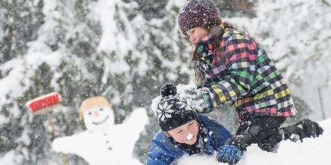 Geschwister toben im Schnee