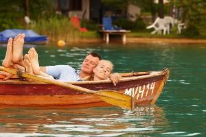 Pärchen entspannt zu zweit im Ruderboot