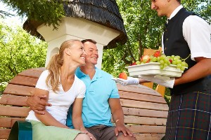 Genussbutler verteilt Obst an Pärchen, Naturel Hotels