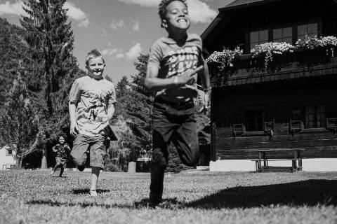 Kinder laufen im Dorf