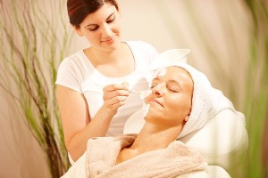Kosmetikbehandlung Gesichtsmaske im Naturel