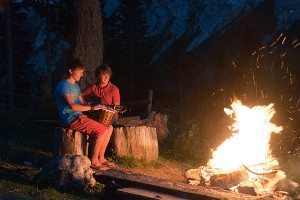 musizierendes Duo am Lagerfeuer, Hoteldorf Faaker See