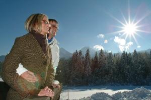 Paar genießt Winterlandschaft, Naturel Hotel