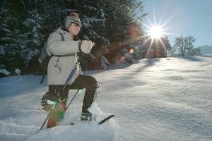 Schneeschuhwanderung bei Sonnenschein, Naturel Hotel