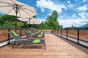 Terrasse mit Liegestühlen, Hoteldorf SCHÖNLEITN