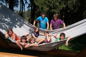 Kinder auf Riesenhängematte im Naturel