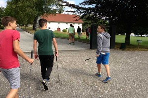 Kinder unterwegs zum Golf Kurs, Naturel Hotel