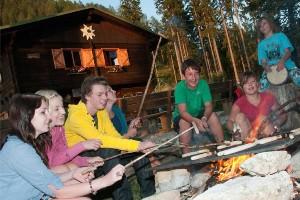 Jugendclub beim Würstchen grillen am Lagerfeuer
