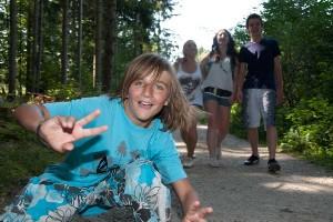 Jugend beim Waldspaziergang