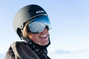 Nahaufnahme lachender Skifahrer