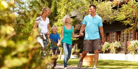 Familie bei Spaziergang im Naturelhotel Kärnten