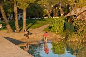 Pärchen genießt Sonnenuntergang am See, Dorf Seeleitn