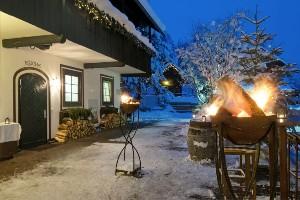 wärmende Feuerstellen bei Nacht im winterlichen Hoteldorf SCHÖNLEITN