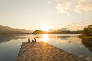 Familie genießt Sonnuntergang am Badesteg, Dorf Seeleitn