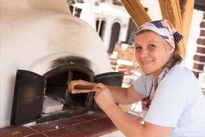Dorfbäuerin Krista am Brotbackofen im Dorf Schönleiten