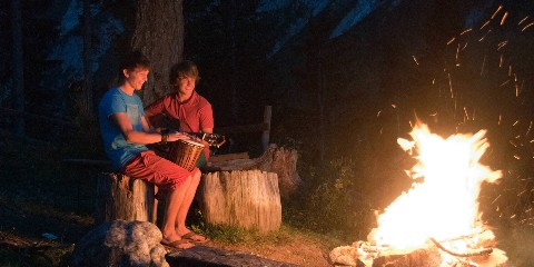 Musik-Duo am Lagerfeuer des Naturel Hotels