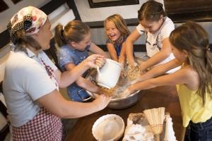 Kinder backen Brot mit der Dorfbäuerin