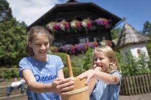 Kinder beim Butter machen, Hoteldorf SCHÖNLEITN