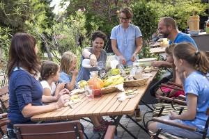 Freunde & Familien beim Essen am Dorfplatz SCHÖNLEITN