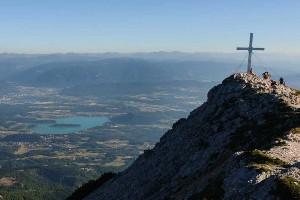 Mittagskogel Gipfel mit Aussicht auf das Villacher Tal