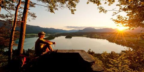 Wanderpause bei Sonnenuntergang am Faaker See
