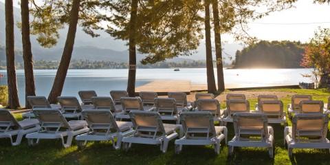 Liegestühle am See, Dorf Seeleitn