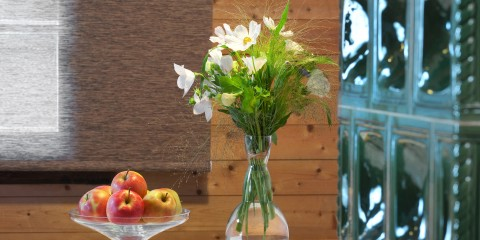 Blumenstrauß & Apfelkorb im Naturel