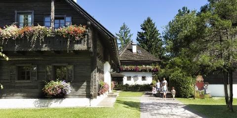 Familienspaziergang durch das Naturel Hoteldorf SEELEITN