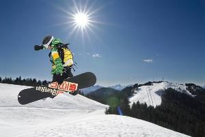 Snowboard-Moves bei herrlichem Wetter, Naturel Hotels