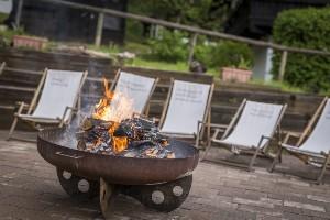 Sonnenstühle am Lagerfeuer, Naturel Resort Österreich
