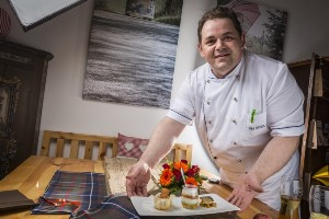 Küchenchef mit Vorspeisenteller, Naturel Hotels