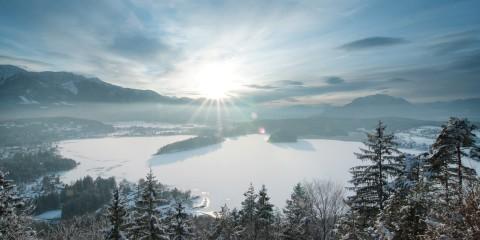zugefrorener Faaker See bei Sonnenschein