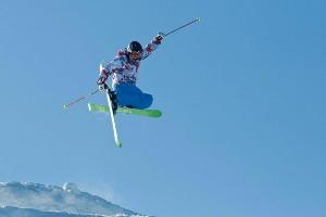 waghalsiger Sprung mit den Skiern