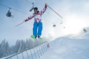 Stunt auf Skiern im Funpark