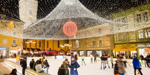 Eislaufbahn bei Nacht am Rathausplatz Villach