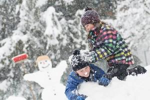 Kinder spielen im Schnee, Dorf Schönleitn