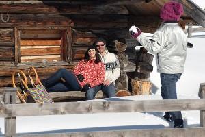 Kind zielt mit Schneeball auf Eltern, Naturel Hotels