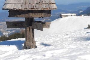 Dreiländereck mit verschneiter Winterlandschaft im Hintergrund
