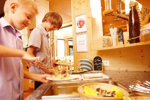 Selbstbedienung am Kinderbuffet, Naturel Hotels