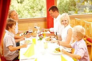 Essen mit der Familie im Wintergarten Hoteldorf SCHÖNLEITN
