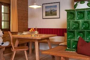 Essbereich mit Obstschüssel & Spielen, Naturel Hotels