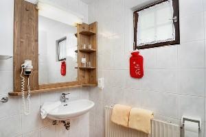 Waschbecken mit großem Spiegel, Hoteldorf Kärnten