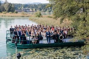 Hochzeitsgesellschaft unterwegs am Faaker See