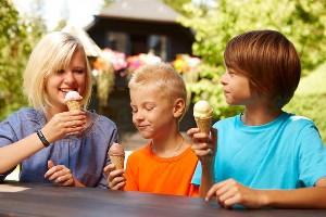 Kinder beim Eisessen im Naturel