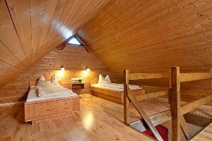 Einzelbetten unter Dachstuhl im Naturel