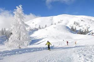 Skitourengänger in verschneiter Winterlandschaft